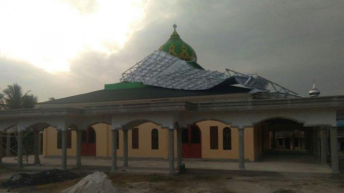 BREAKING NEWS : Puting Beliung Terjang Dua Kecamatan di Banjar, Rusak Atap Sekolah dan Masjid
