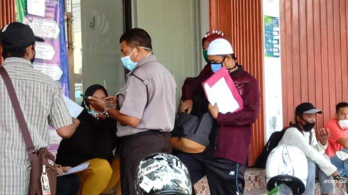 Buktikan Keluhan Warga, Anggota DPRD Kotabaru Ini Menyamar Pakai Baju Lusuh ke BJPS Ketenaga Kerjaan