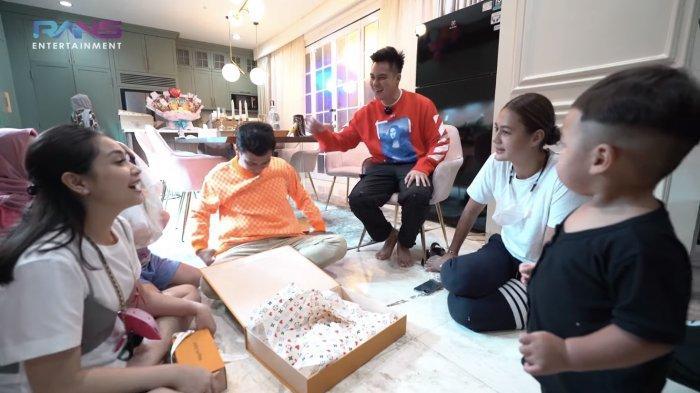 Raffi Ahmad dan Nagita Slavina unboxing kado ulang tahun dari Baim Wong dan Paula Verhoeven