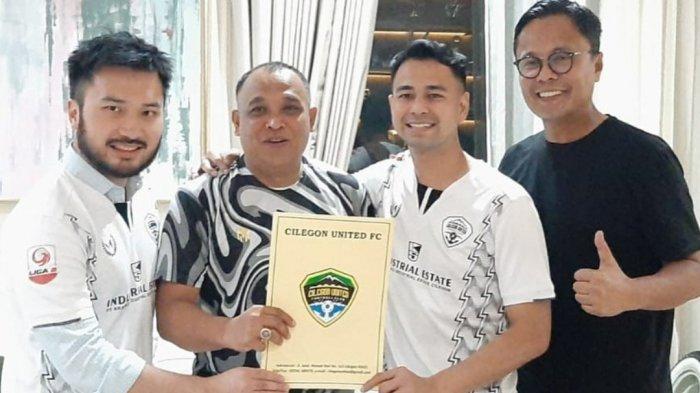 Raffi Ahmad (dua dari kanan) mengenakan jersey Cilegon United