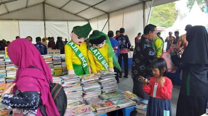 Si Raja dan Ratu Baca Dispersip Kalsel Temani Pengunjung Kandangan Book Fair 2019