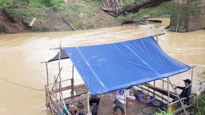 Warga Batuharang Kabupaten Tanbu Terpaksa Gunakan Rakit untuk Seberangi Sungai