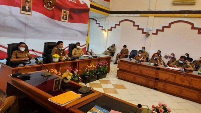 Sekretaris Daerah H Said Akhmad (kiri), Wabup Kotabaru Andi Rudi Latif (tengah), dan Asisten II H Akhmad Rivai memipimpin rakor dengan SKPD penerima DAK, Kamis (4/5/2021).