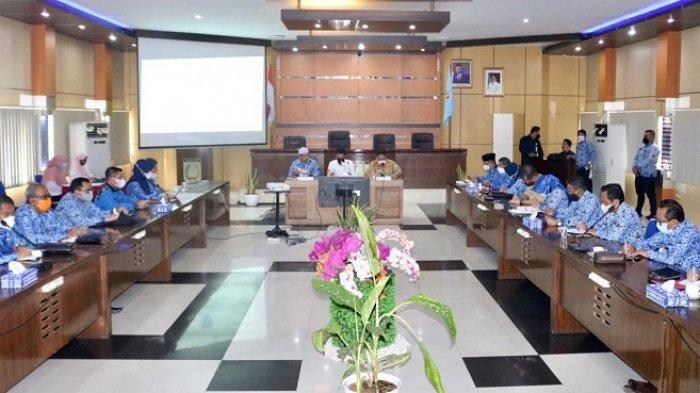 Bupati Banjar H Saidi Mansyur menghadiri rapat koordinasi di Aula Barakat, Kantor Bupati Banjar, Jalan A Yani Kelurahan Keraton, Kecamatan Martapura, Senin (17/5/2021).