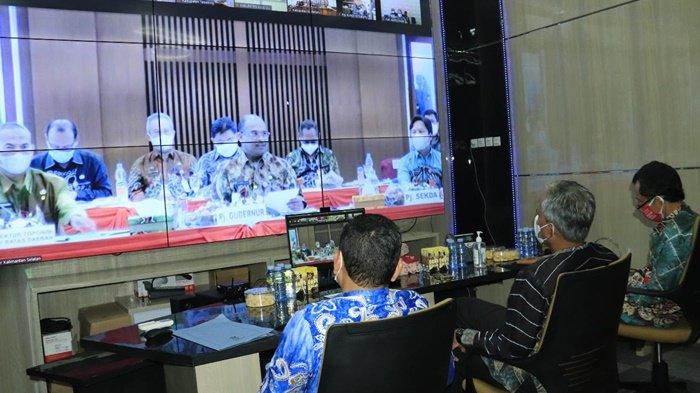 Suasana Rapat Koordinasi Kepala Daerah Tahun 2021 melalui Video Conference di Ruang Command Center Balai Kota Banjarbaru , Kamis (4/3/2021).