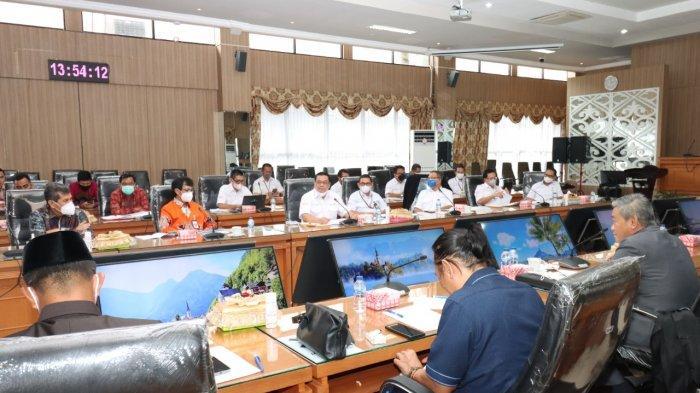 rapat kerja yang diadakan oleh DPRD Provinisi Kalsel yang mengundang dewan komisaris beserta jajaran direksi Bank Kalsel