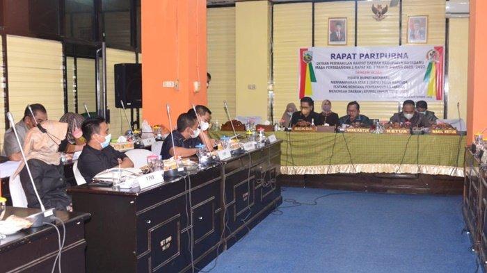 Rapat paripurna dengan aganda Pengesahan Raperda RPJMD di DPRD Kabupaten Kotabaru, Selasa (14/9/2021).