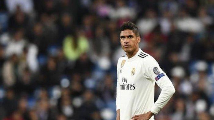 Raphael Varane tegaskan bertahan di Real Madrid.