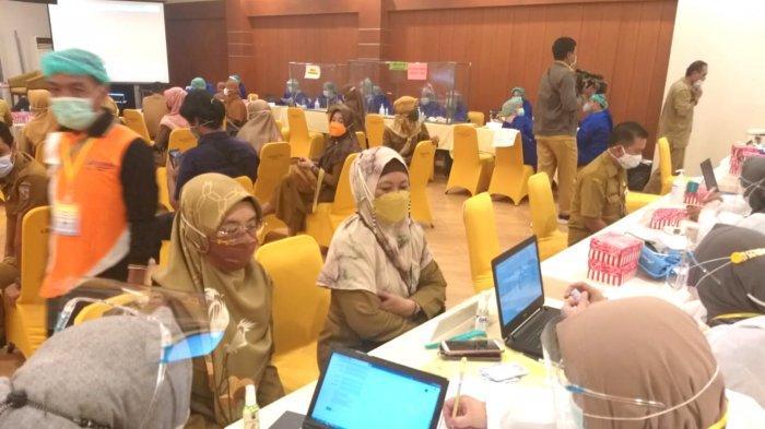Ratusan ASN mengikuti vaksinasi di Balroom Hotel Grand Surya Kotabaru