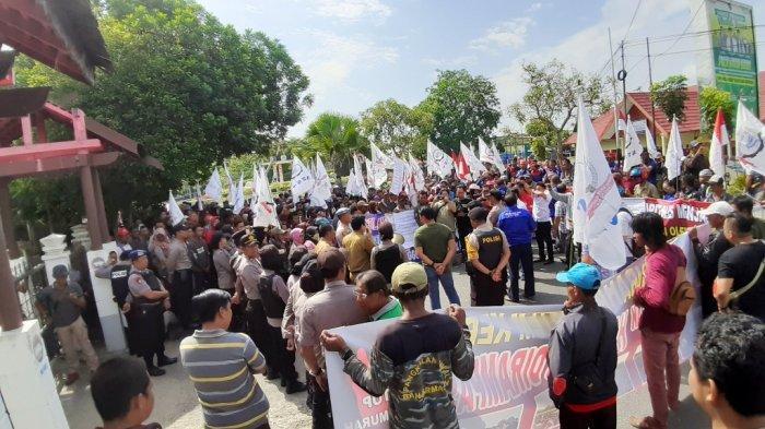 Ratusan buruh saat aksi di depan Kantor DPRD Kabupaten Kapuas, Selasa (2/7/2019).