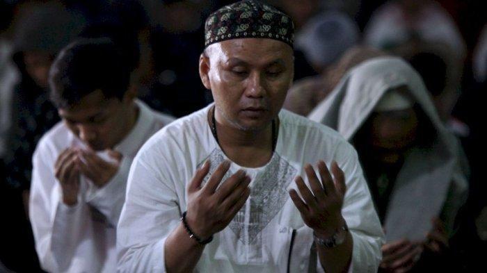 Ratusan warga khusuk mengikuti dzikir dan muhasabah pada gelaran Bandung Berdzikir. RAMADHAN 2021, Sebelum Tiba Bulan Suci Ini Bacaan Dzikir yang Diamalkan Sehari-hari dan Setelah Sholat