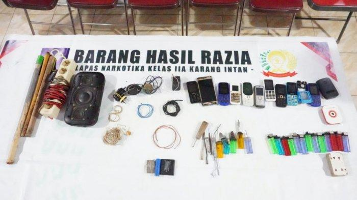 Petugas gabungan temukan handphone hingga senjata rakitan dari hunian WBP Lapas Karang Intan, Kabupaten Banjar, Kalimantan Selatan.