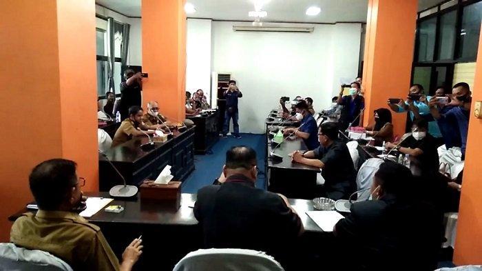 Rapat dengar pendapat di DPRD Kotabaru terkait perekrutan tenaga kerja lokal di perusahaan pertambangan di Pulaulaut, Kotabaru, Senin (8/2/2021).