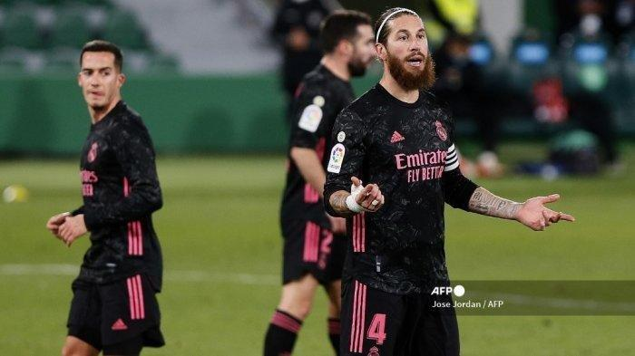 Reaksi bek Spanyol Real Madrid Sergio Ramos selama pertandingan sepak bola Liga Spanyol antara Elche dan Real Madrid di stadion Manuel Martinez Valero di Elche pada 30 Desember 2020.