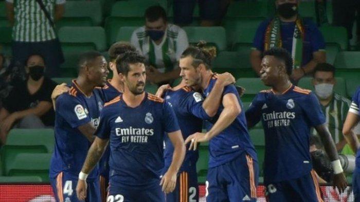 Skuad Real Madrid saat merayakan gol ke gawang Real Betis pada pertandingan lanjutan Liga Spanyol musim 2021-2022 di Stadion Benito Villamarin, Minggu (29/8/2021) dini hari WIB.