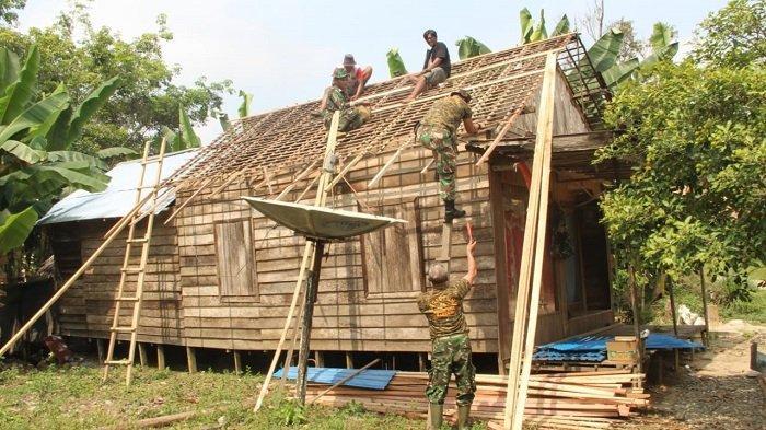 Rumah Warga di Desa Awang Ini Tak Layak Huni, 10 Anggota Kodim Barabai Terjun Lakukan Ini