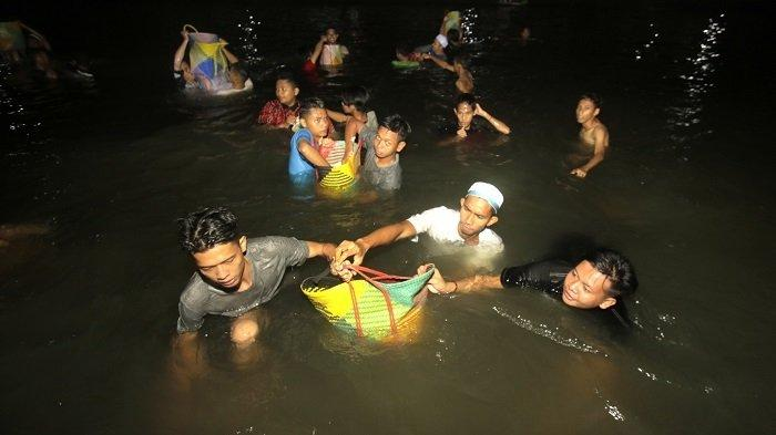 Relawan Sembelih 200 Sapi dan Ribuan Blek Beras untuk 2,5 Juta Jamaah Haul ke-15 Guru Sekumpul