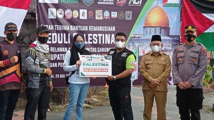 Relawan HSU menyerahkan dana hasil aksi penggalangan dana untuk Palestina.