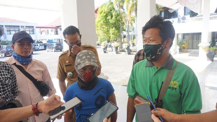 Relawan Pengatur Lalu Lintas di Sungai Gampa Asahi Kabupaten Batola Dapat Bantuan