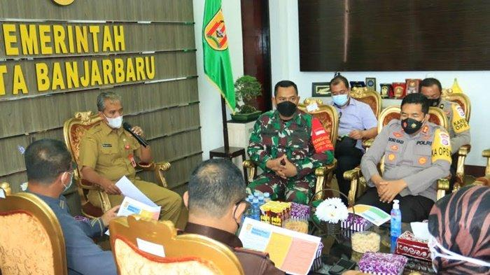 Turut hadir dalam rapat membahas relokasi dan penutupan Pasar Bauntung , Dandim 1006/Martapura dan Kapolres Banjarbaru, di Kantor Wali Kota Banjarbaru, Kalimantan Selatan, Selasa (23/2/2021).