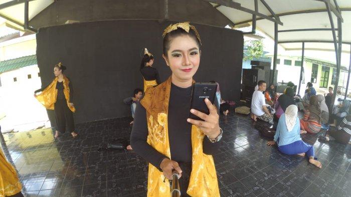 Mahasiswi Cantik Sendratasik ULM Ini Ingatkan Remaja Zaman Now Soal Gadget