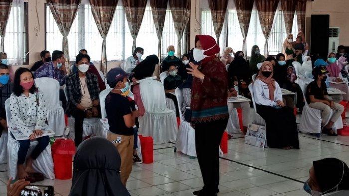 Serahkan Bantuan Yatim Piatu di Kalsel, Mensos Risma Sebut Anak Korban Covid-19 Pilihan Tuhan
