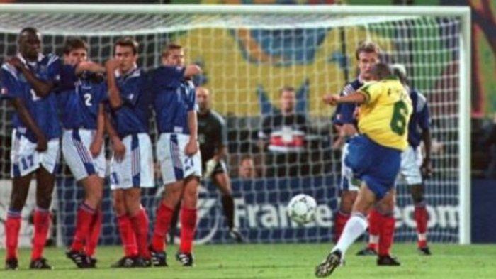 Sejarah Hari Ini, Tendangan Pisang Legendaris Roberto Carlos, Sempurna di Tahun 1997