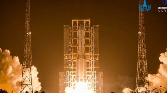 Roket China Long March 5 meluncurkan misi pengembalian sampel bulan Chang'e 5 ke orbit dari Situs Peluncuran Pesawat Luar Angkasa Wenchang di Pulau Hainan di China selatan pada 24 November 2020 waktu Beijing. (Kredit gambar: Administrasi Luar Angkasa Nasional China)
