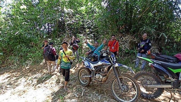 Rombongan pengunjung yang menuju Air Terjun Buntar , Sawang, beristirahat di jalur menuju air terjun.