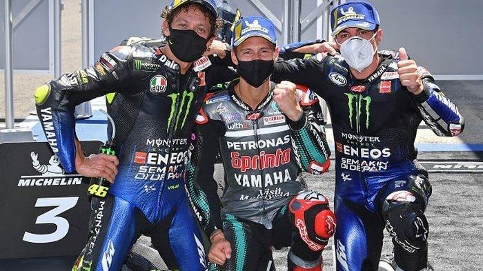 Dari kiri: Valentino Rossi (Monster Energy Yamaha), Fabio Quartararo (Petronas Yamaha SRT), dan Maverick Vinales (Monster Energy Yamaha), merayakan keberhasilan meraih posisi podium pada balapan MotoGP Andalusia di Sirkuit Jerez, Spanyol, 26 Juli 2020.