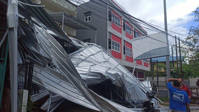 Puting Beliung di Jalan Pramuka Banjarmasin Kalsel, Bangunan Ruko Rusak Dihantam Kanopi