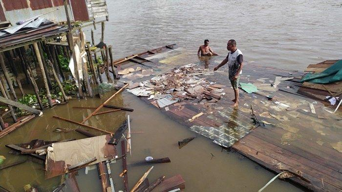 Rumah Kayu di Bantaran Sungai Martapura Banjarmasin  Ambruk, Elly Rasakan Rumahnya Bergoyang