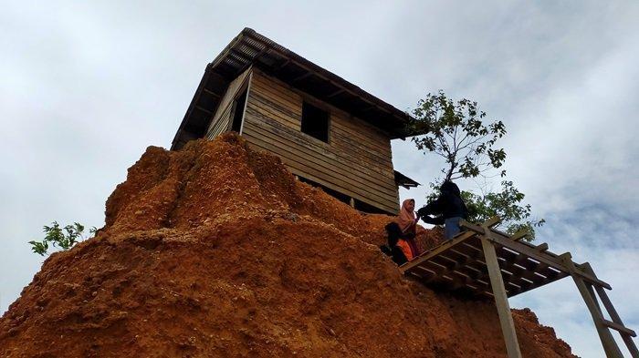 Rumah jomblo tak berpenghuni di bukit kecil kawasan Gunung Kupang Banjarbaru.