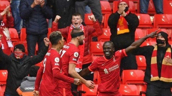 Pemain Liverpool Sadio Mane merayakan gol ke gawang Crystal Palace pada laga pamungkas Liga Inggris di Stadion Anfield, Minggu (23/5/2021) malam WIB.