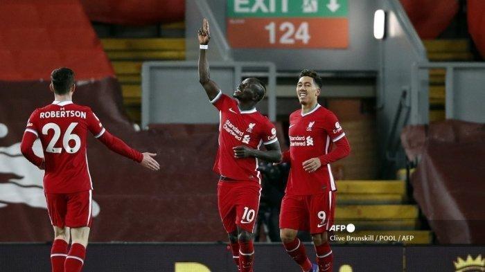 Striker Liverpool Senegal Sadio Mane (tengah) merayakan mencetak gol pertama timnya selama pertandingan sepak bola Liga Premier Inggris antara Liverpool dan West Bromwich Albion di Anfield di Liverpool, Inggris barat laut pada 27 Desember 2020.