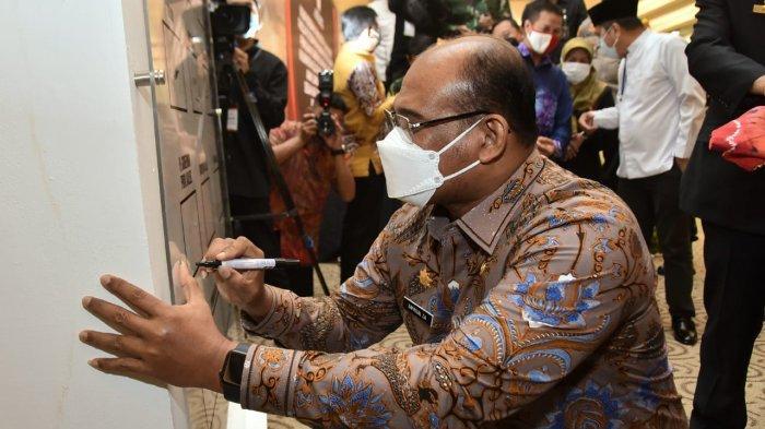 Safrizal ZA menandatangani ikrar bersama
