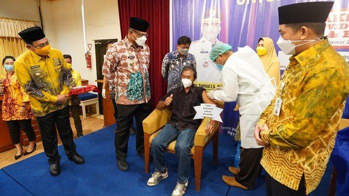 Tinjau Vaksinasi Covid-19 di Kotabaru, Pj Gubernur : Saya Datang Pagi Ini Untuk Kasih Semangat