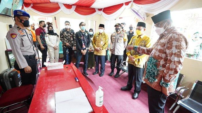 Pejabat Gubernur Kalsel, Safrizal ZASafrizal meninjau posko pengamanan Ops Ketupat Intan 2021 di kawasan Siring Laut Kotabaru, Jumat (7/5/20210.