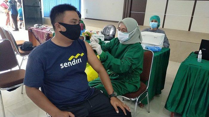 Demi Divaksin, Penyandang Disabilitas Ini Ngesot Datangi Kantor Dinsos Banjarbaru