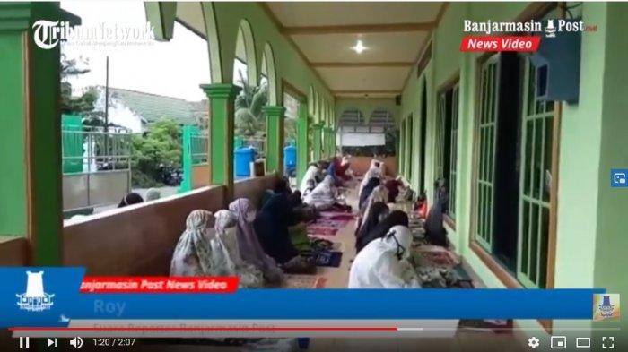 Salat Idul Adha di Masjid An-nur setempat yang hanya berjarak sekitar 300 meter dari kantor Bupati Tala.