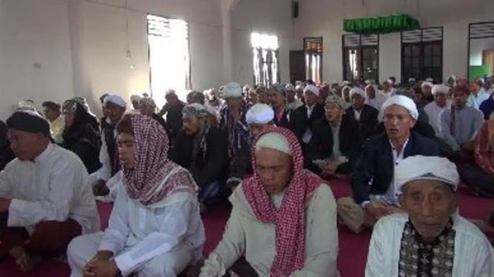 Jemaah Naqsabandiyah di Padang, SUmatera Barat, salat Idulfitri 1437 H hari ini, Senin (4/7).