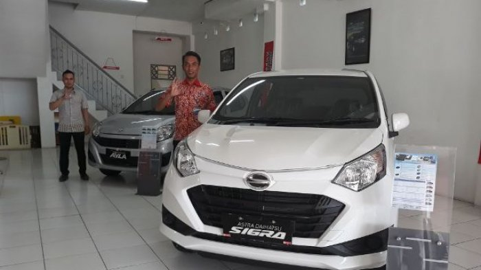 Sales PT Astra Daihatsu Cabang Banjarbaru Jalan A Yani Km 36,5 menunjukan Ayla dan Sigra.