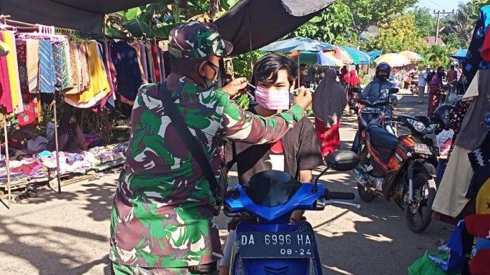 Sambangi Pasar Jangkung, Babinsa Koramil 03/Tanjung Edukasi Pentingnya Menggunakan Masker