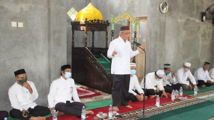Bupati HST Chairansyah sedang memberikan sambutan di acara peresmian masjid Ainun Jaariyah