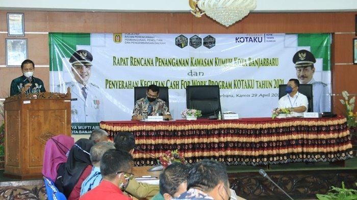 Wakil Wali Kota Wartono SE sampaikan sambutan pada pertemuan penanganan kawasan kumuh di Aula Bappeda, Banjarbaru, Kalimantan Selatan, Kamis (28/4/2021).