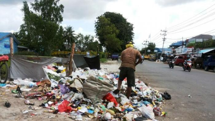 Sampah Berserakan di Badan Jalan Belitung Darat Banjarmasin