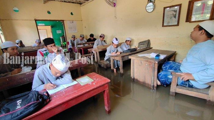 Banjir di Kalsel, Santri Ponpes Salafiyah Syekh Muhammad Arsyad Belajar di Genangan Banjir