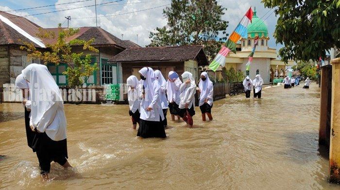 Banjir di Kalsel,  Santri Ponpes Salafiyah Syekh Muhammad Arsyad Al Banjary di Desa Dalam Pagar Ulu belajar di tengah banjir.