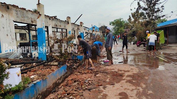 Kebakaran Kalsel, Santri Singkirkan Puing Bekas Kebakaran di Ponpes Al Falah Banjarbaru