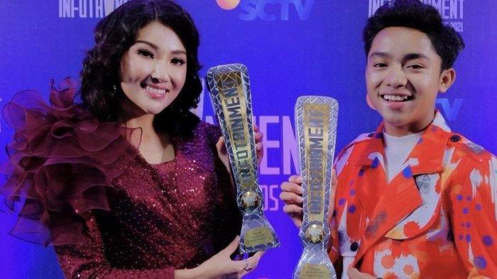 Tanpa Ruben Onsu, Betrand Peto dan Sarwendah Angkat 2 Piala Simbol Keluarga yang Menginspirasi